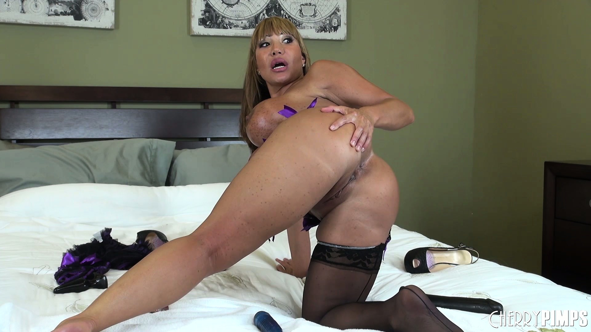 Porno Video of Seductively Stripping Her Clothes, Ava Uses The Heel Of Her Shoe To Please Her Cunt