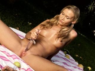 Pigtailed Blond Cutie Z Perky Breasts Ma Zabawy Ze Szklanym Dildo