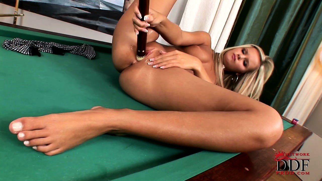 Porno Video of Tanned Blonde Fills Her Glistening Snatch Up With A Pool Cue