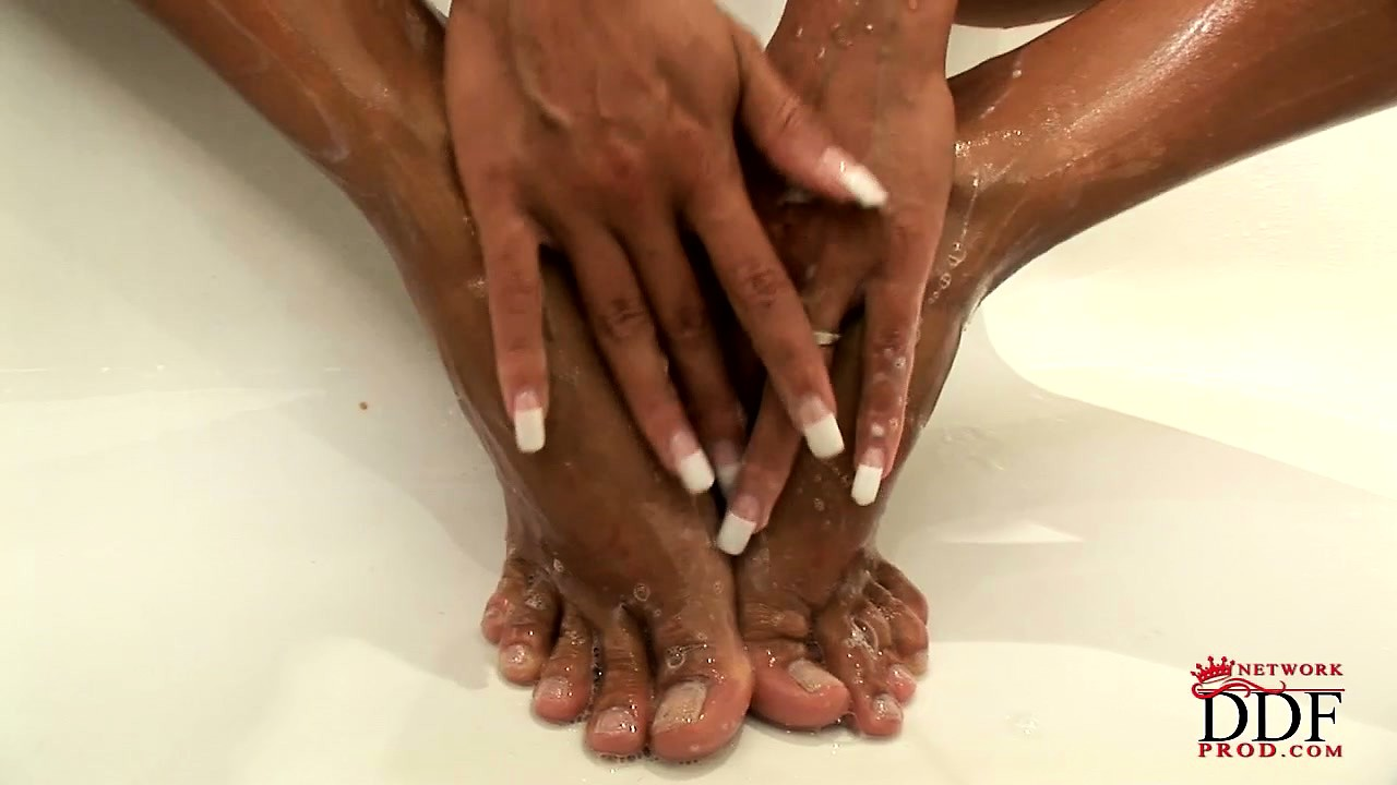 Porno Video of Coppery-skinned Beauty Washes Every Last Inch Of Her Petite Body