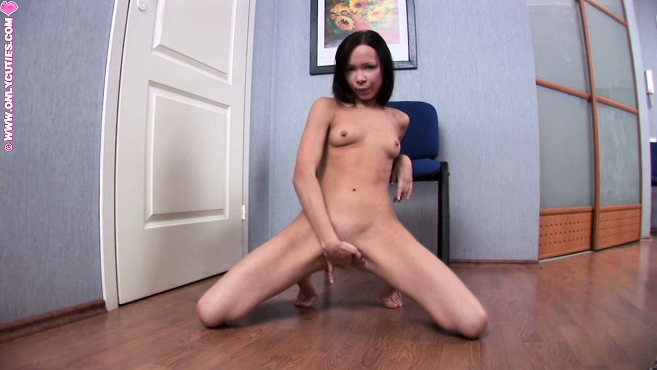Porno Video of Spreading Her Slender Body Across The Floor, The Cutie Fingers Her Wet Peach To Climax