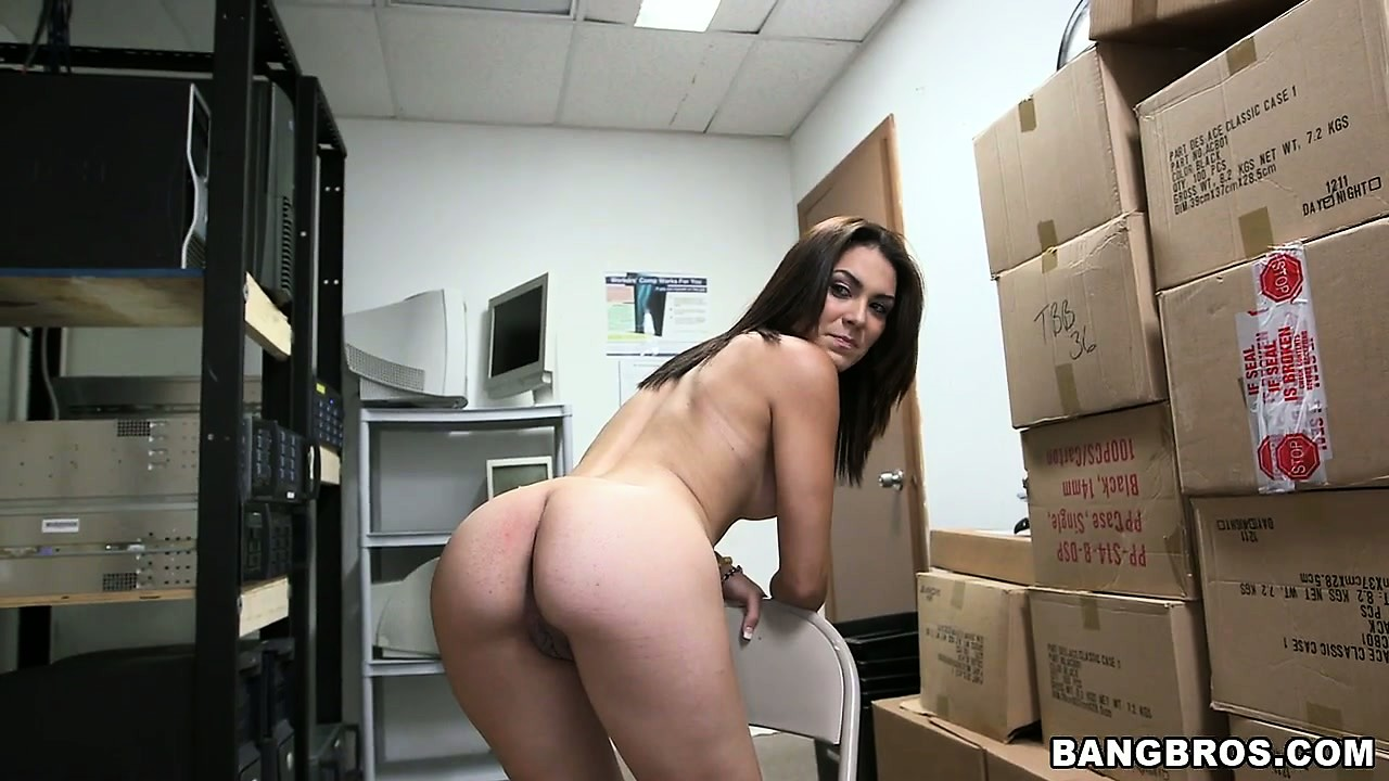 Porno Video of Amateur Brunette Poses, Plays With Her Cunt And Gets Undressed