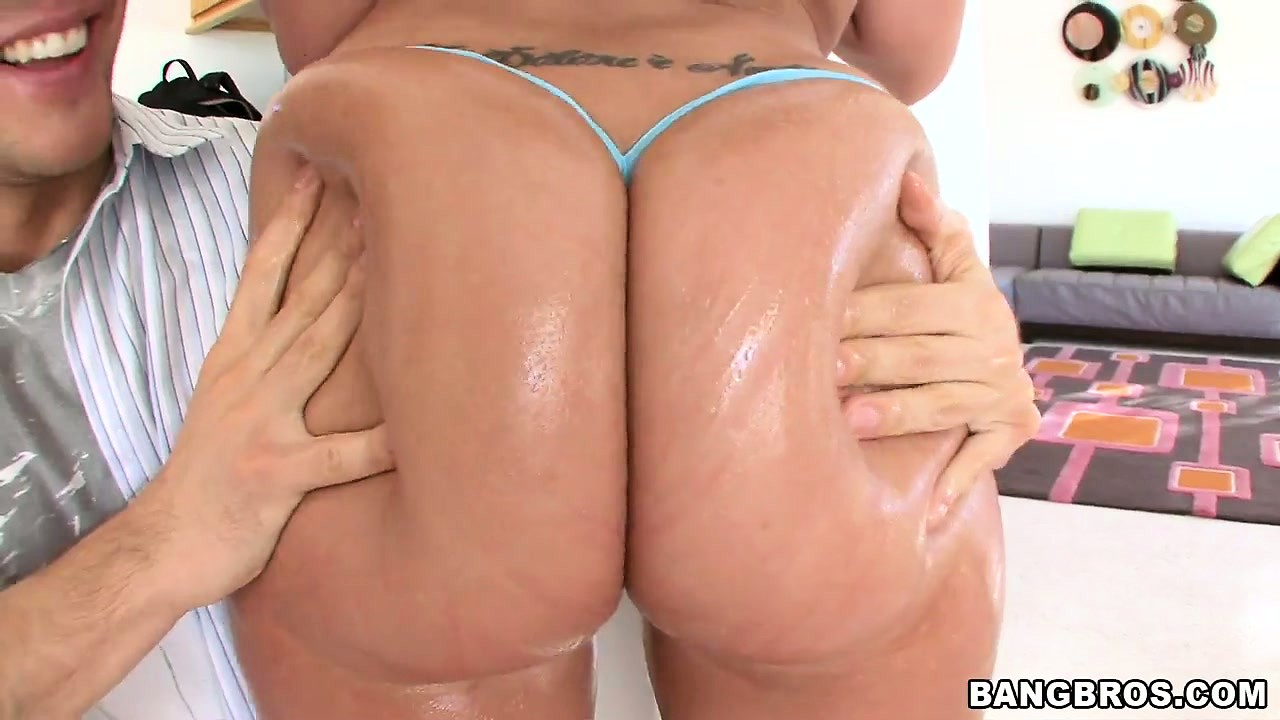 Sex Movie of Kelly Divine Shows Off Her Big Ass, Nice Tits And Gets Oiled Up
